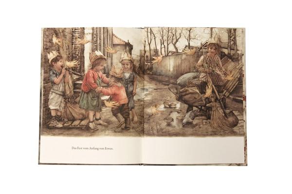 Mädchen sitzt auf Schubkarre mit Besen und Schaufel in der Hand, neben ihr spielende und lachende Kinder, alle tragen gebastelte Kronen