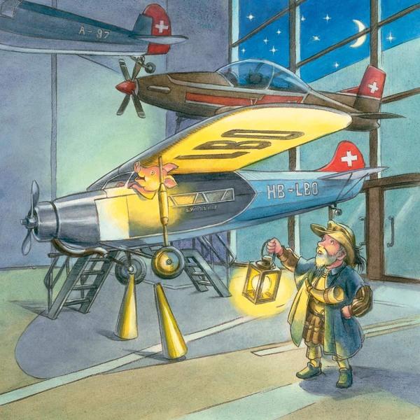 Nachtwächter mit Laterne in der Hand, in einer Halle mit vielen Flugzeugen; in einem sitzt ein lachendes Schwein