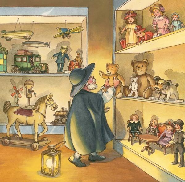 Nachtwächter mit Laterne hält im Spielzeugladen einen Teddybären hoch
