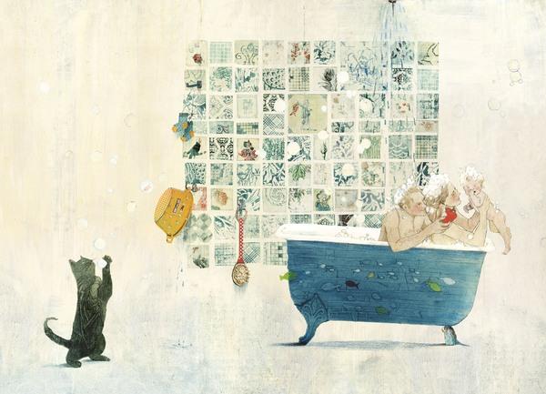 Vater, Mutter und Baby nehmen vergnügt ein Schaumbad, eine schwarze Katze fängt die Seifenblasen