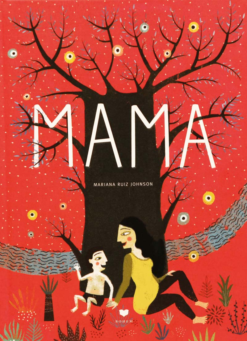 Mutter und Sohn sitzen gemeinsam vor einem Baum und unterhalten sich