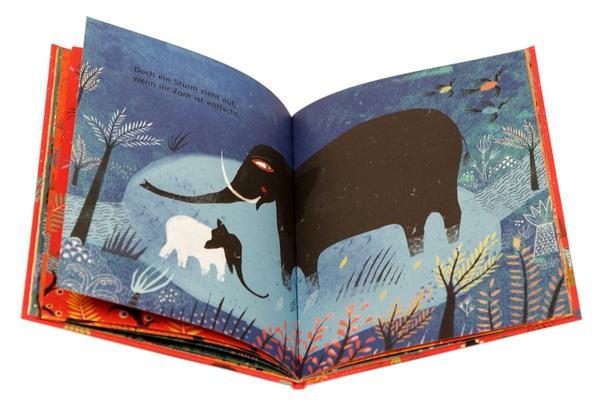 Mutter und Babyelefant im Dunkeln in der freien Natur