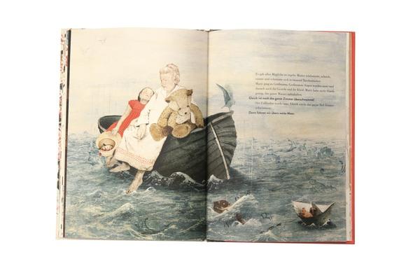 Mädchen mit Oma und Teddy im Boot auf hoher See