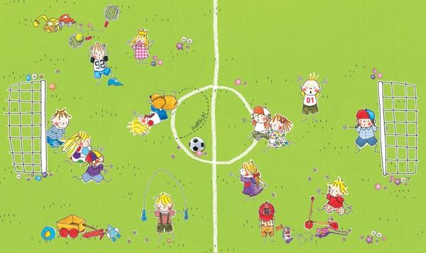 Ein Fußballfeld auf dem viele Kinder fröhlich spielen, ein Junge mit seinem Hund liegt auf dem Feld