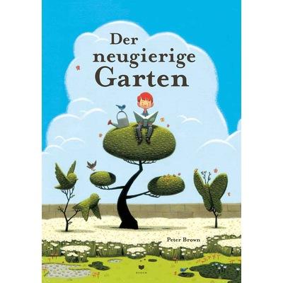 Junge mit Buch in der Hand sitzt auf einem Baum und liest, neben sich eine Gießkanne mit Vogel