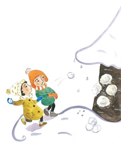 Zwei Kinder werfen Schneebälle gegen einen Baum