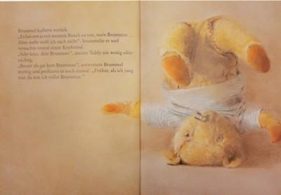 Teddybär in weißem T-Shirt macht Kopfstand