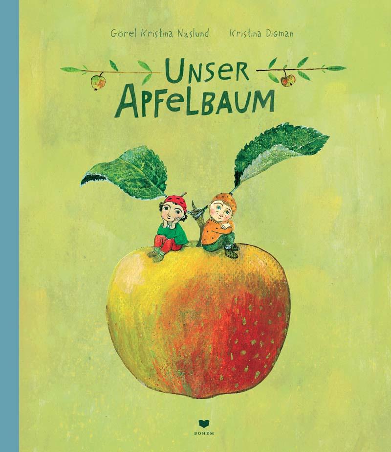 Zwei kleine Jungs sitzen gemütlich auf einem riesigen Apfel