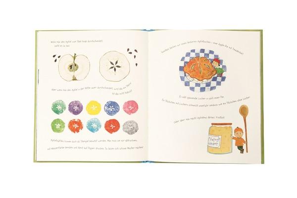 Darstellung eines halbierten Apfels, ein Apfelkuchen und Apfelkompott, daneben ein kleiner Junge mit einem großen Kochlöffel