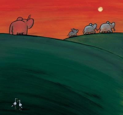 Kleiner rosa Elefant schaut einer davonlaufenden Elefantenfamilie nach