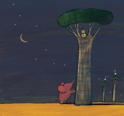 Rosa Elefant lehnt bei Nacht mit den Vorderpfoten an einen Baum und schaut zu der, hoch oben im Baum sitzenden, Eule